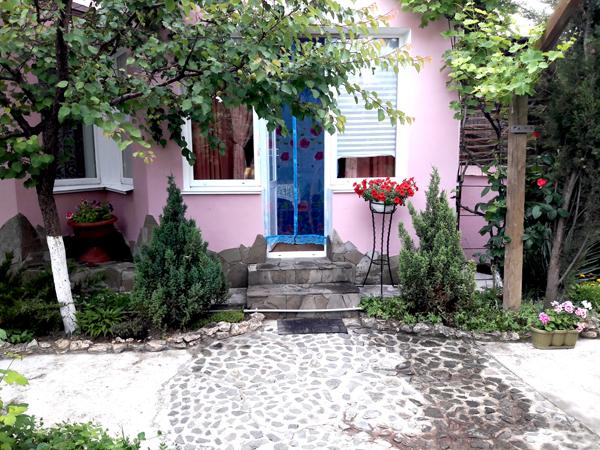 южный вход в апартаменты со двора в частном доме отдыха у натали любимовка севастополь крым