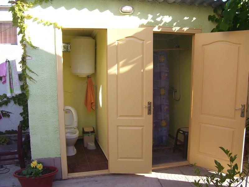 Летний душ и туалет в частном доме отдыха У Натали