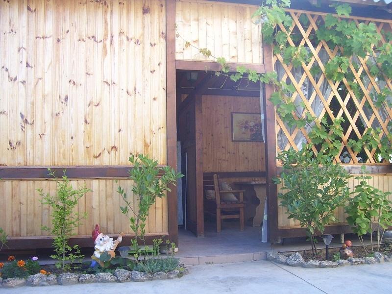 Вход в летнюю кухню и столовую частного дома отдыха У Натали