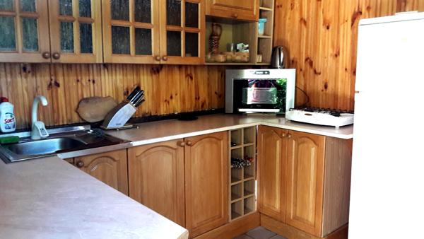 Летняя кухня в частном доме отдыха У Натали. Крым, Севастополь, Любимовка