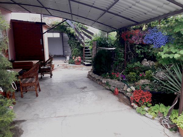 Часть двора частного дома отдыха У Натали