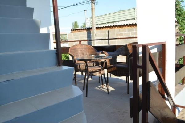 столиик на балконе для жильцов Студий частного дома отдыха У Натали Крым Севастополь Любимовка