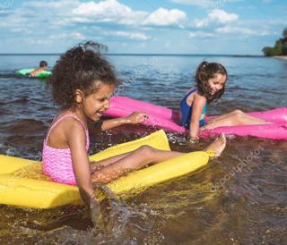 дети и море купаются