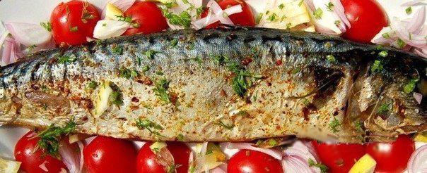 Скумбрия запечена в фольге на блюде с овощами